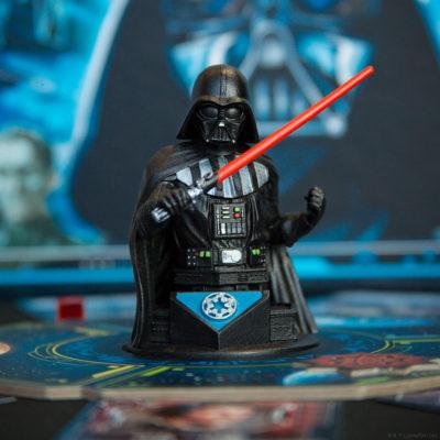 Bilde av Darth Vader-figuren fra Dark Side Rising, som står i midten av brettet.